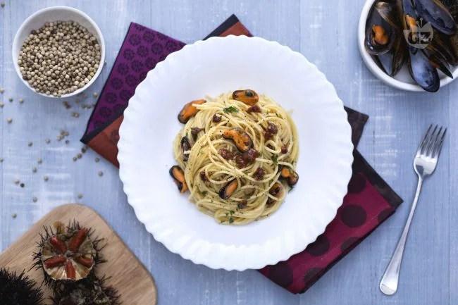 Ricetta Spaghetti con cozze e ricci di mare  La Ricetta di GialloZafferano