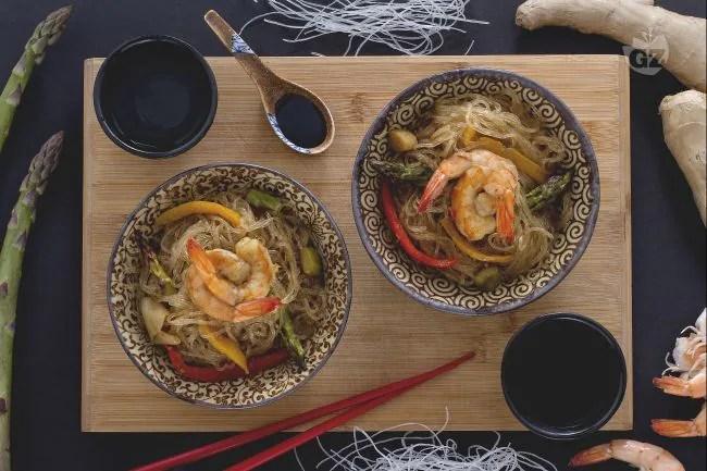 Ricetta Spaghetti di soia con verdure e gamberi  La
