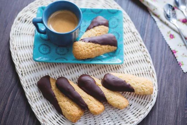 Ricetta Biscotti al cocco ricoperti di cioccolato  La Ricetta di GialloZafferano