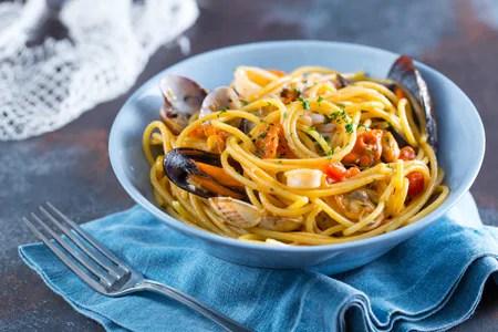 Ricetta Spaghetti allo scoglio  La Ricetta di GialloZafferano