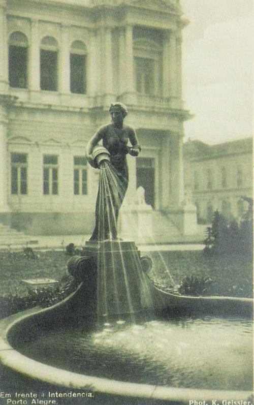 """Fonte """"A Samaritana"""", na Praça Montevidéu, entre 1925"""