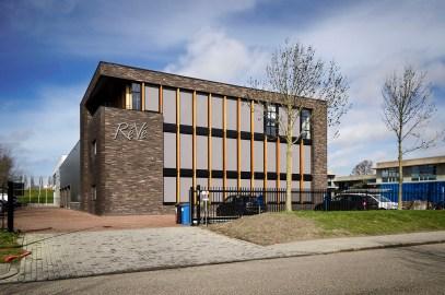 Vooraanzicht bedrijfspand Lijnden - Loodgietersbedrijf ReVe Lijnden - Nieuwbouw bedrijfsgebouw met werkplaats en kantoorruimte - Gietermans & Van Dijk Architecten - Serena Silooy Photography - Architectuurfotografie