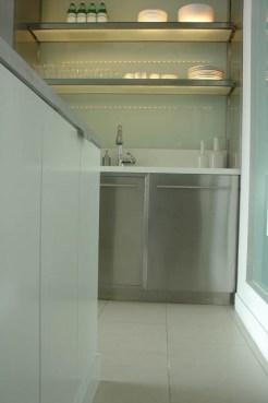 מבט למטבח בדירה בטרייבקה - גיל דביר עיצוב פנים