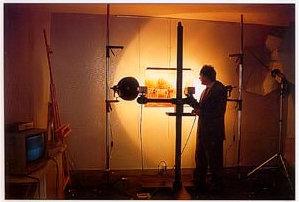 La caméra infrarouge Hamamatsu nous permet de pénétrer dans la couche picturale et de découvrir des repentirs et des restaurations. Pour augmenter le résultat, des rayonnements infrarouges sont dirigés sur le tableau tout en contrôlant la température de la couche picturale, car plus les rayonnements infrarouges sont de longueur d'onde importante, plus ils chauffent les corps en contact.