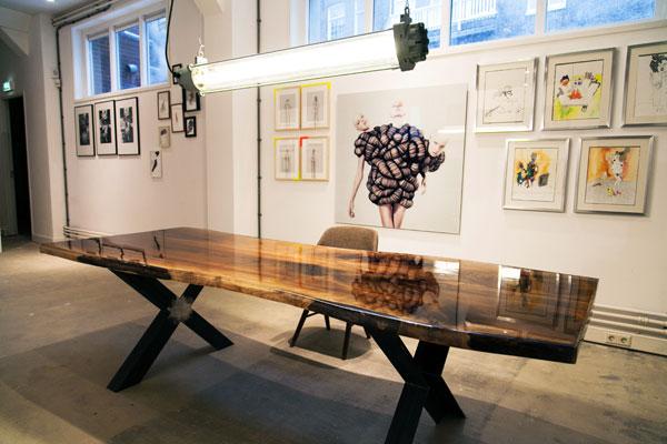 Notenhouten tafels met epoxy van VANOUDS  Gimmii Dutch Design