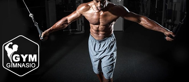 ejercicio aperturas polea alta con pierna adelantada