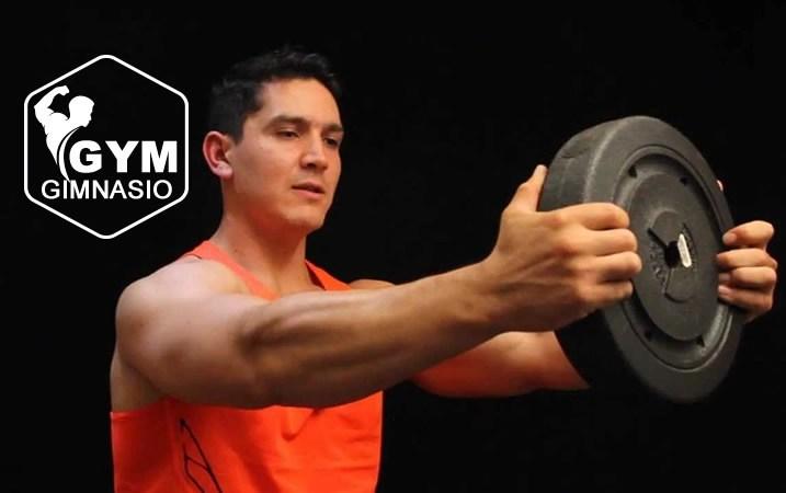 ejercicio elevaciones frontales con disco