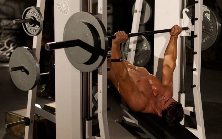 ejercicio press declinado con máquina
