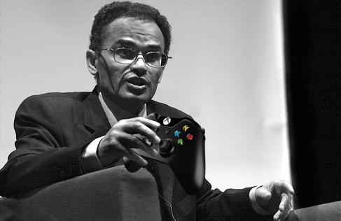Zamjatin soppesa il pad della Xbox One.