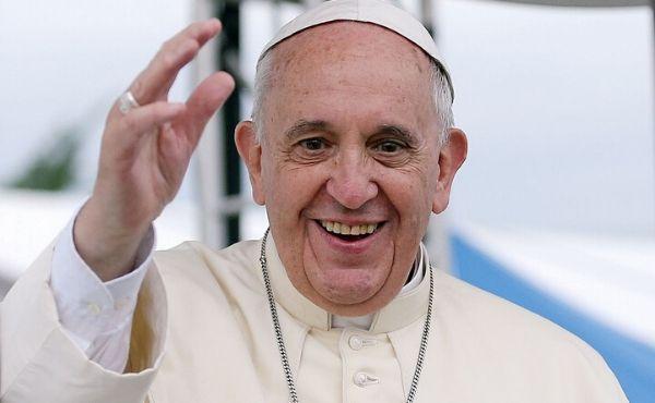 Papa Francesco tiene il suo Angelus a San Pietro dopo il ricovero, file di fedeli in Piazza