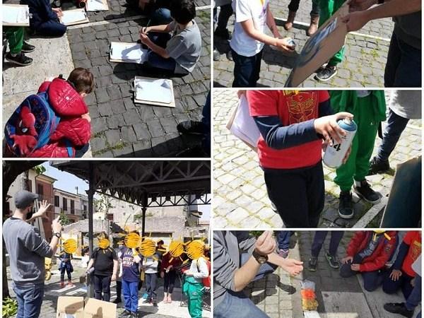 """Colonna, Gofy incanta i bambini con la street art e le sue """"Serrande d'autore"""""""