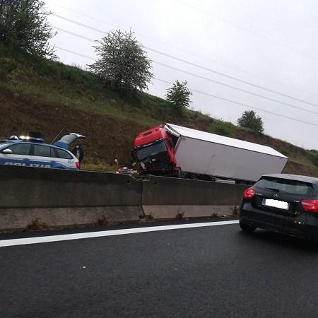 Incidente sulla Pontina, perde il controllo del camion e finisce fuori strada: illeso