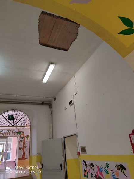 Rocca di Papa, scuola Centro Urbano: cade un pezzo di intonaco dal soffitto