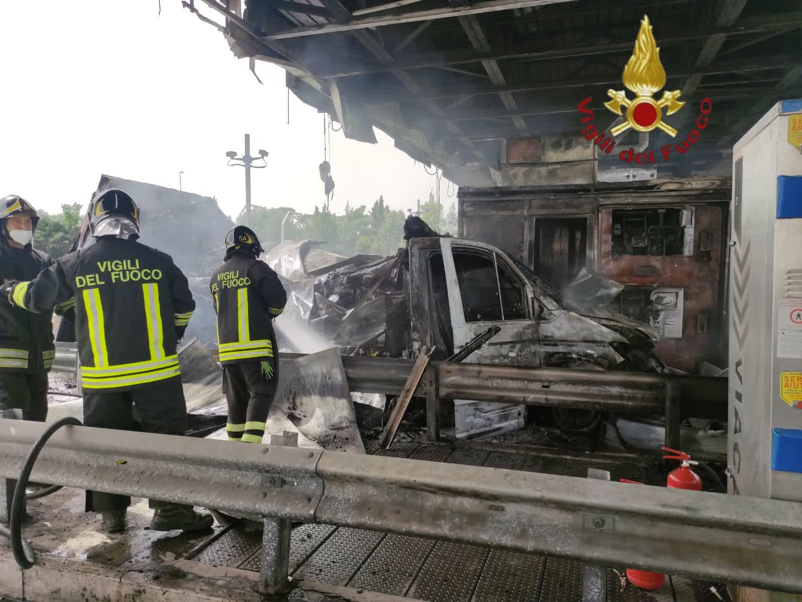 Fiano Romano, autocarro in fiamme sull'autostrada A1