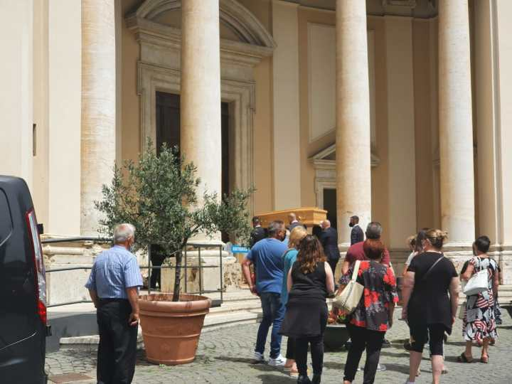 Valmontone, l'ultimo saluto a Salvatore Ranieri il 74enne coinvolto nella sparatoria di Ardea