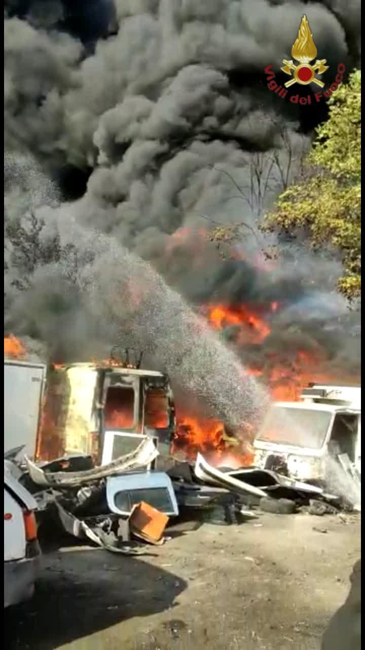 Casilina, vasto incendio in via Giarratana: in fiamme un deposito di auto da rottamare