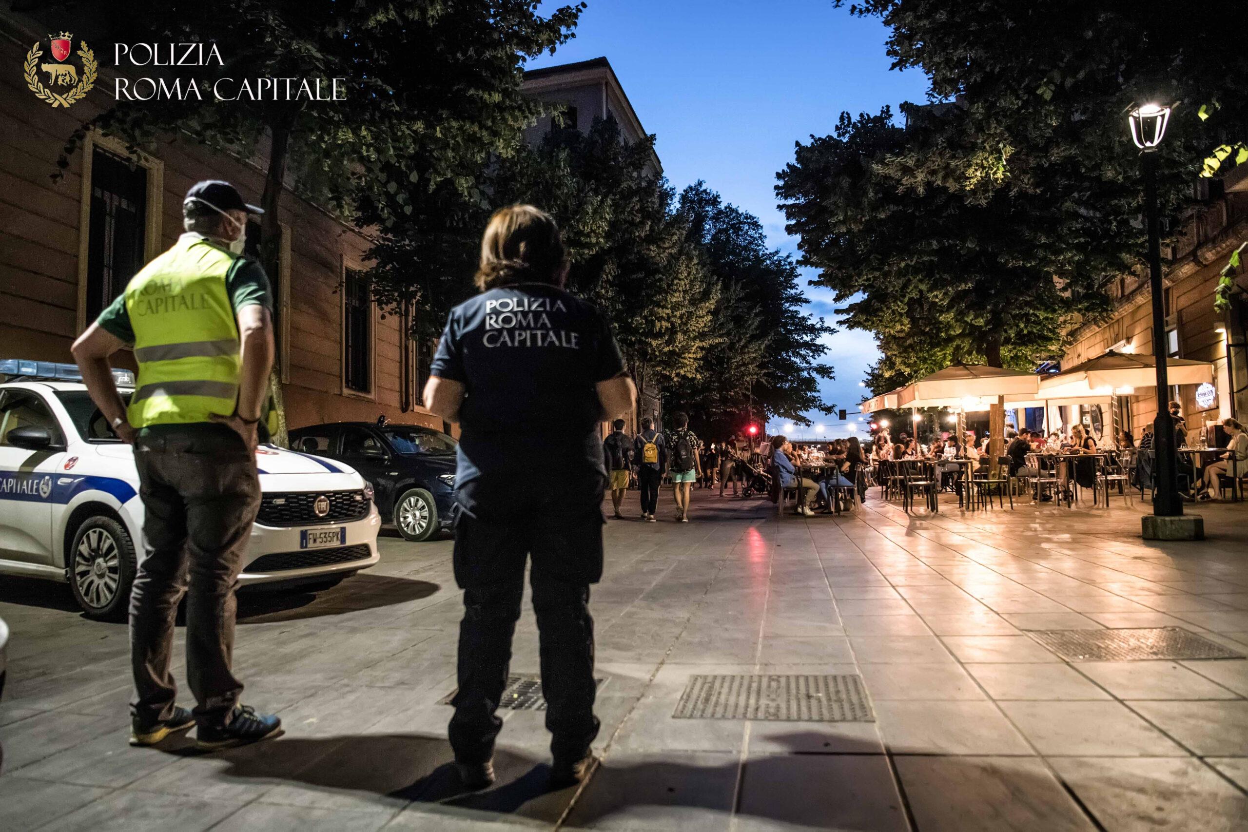 Movida, controlli della Polizia Locale nel fine settimana: sigilli a due minimarket. Vigilanza capillare sul litorale romano, contestazioni scattate per due stabilimenti