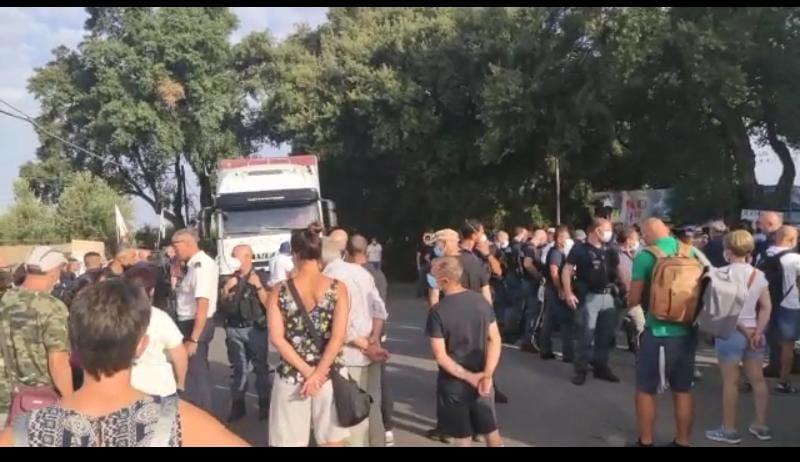 Albano, continuano ad arrivare i camion dei rifiuti romani. Otto arrivi in poche ore: continuano le proteste dei cittadini