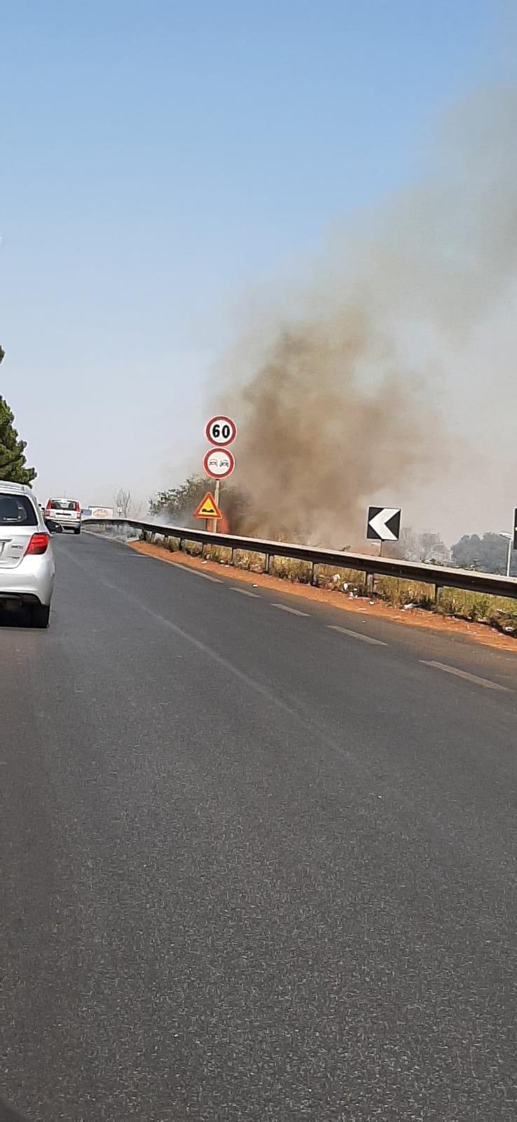 Marino, vasto incendio su via Appia