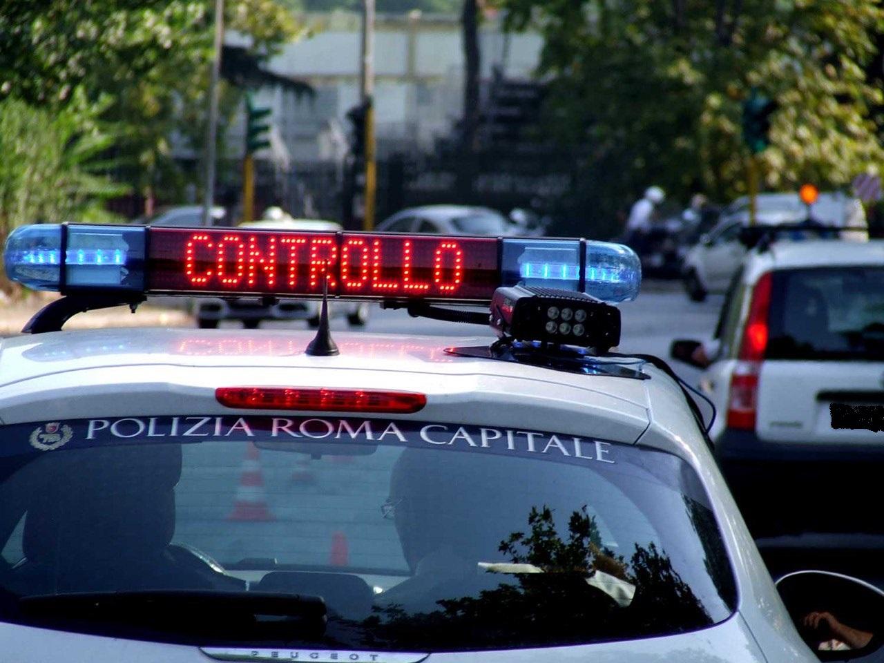 Roma, contrasto all'uso del cellulare alla guida: controlli mirati degli agenti motociclisti della Polizia Locale di Roma Capitale