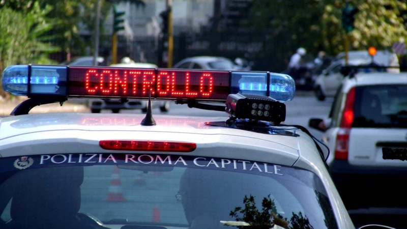 Borghesiana, investe monopattino e si dà alla fuga: denunciato