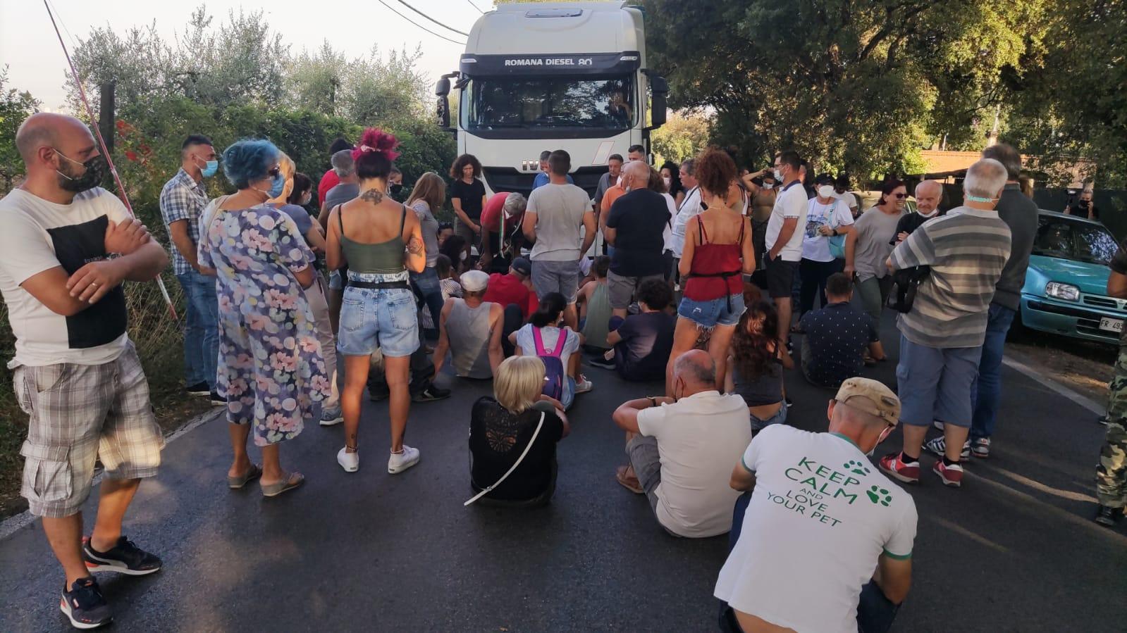 Discarica Roncigliano, manifestanti bloccano l'arrivo dei camion dei rifiuti