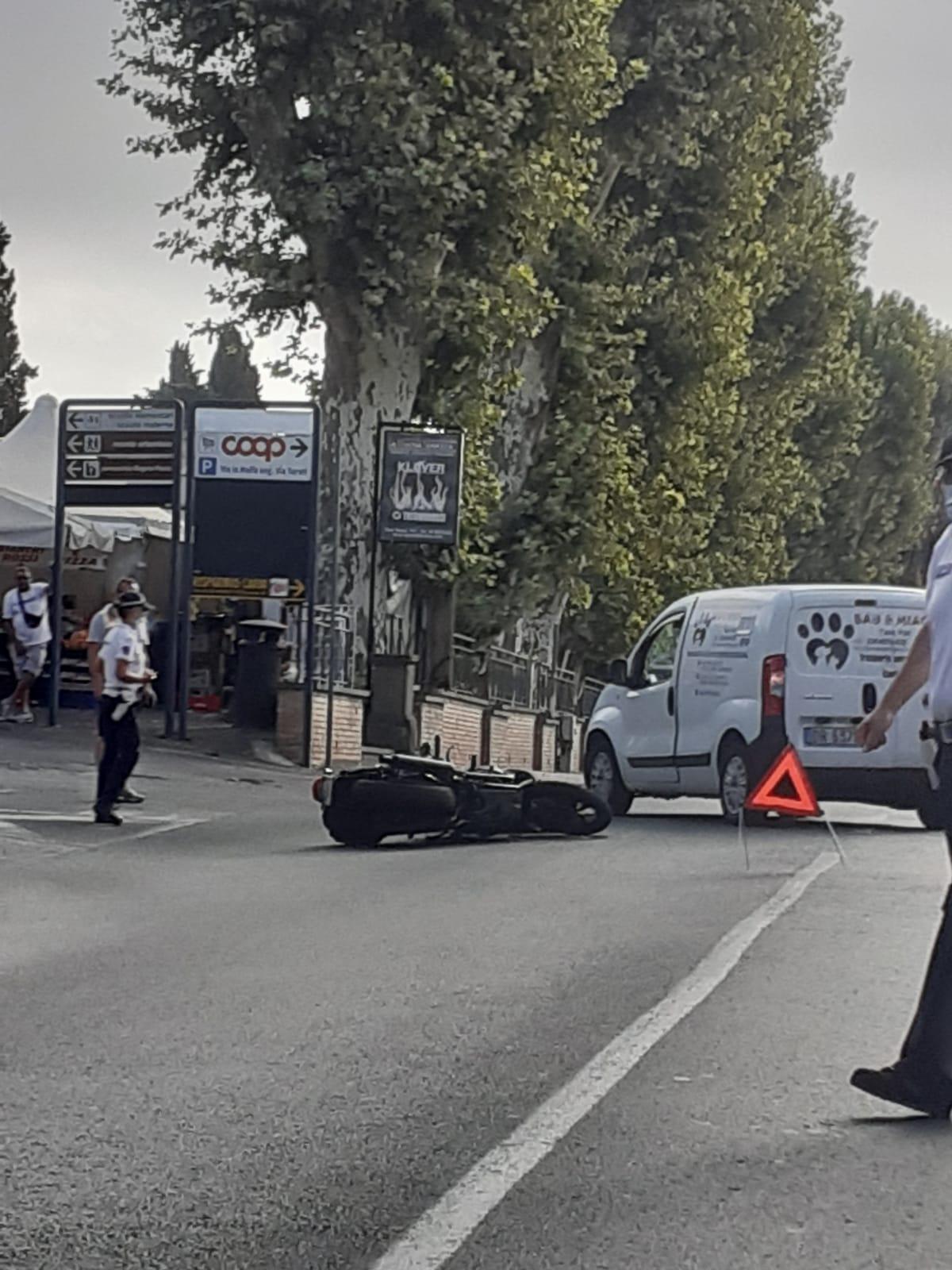 Velletri, incidente grave davanti al cimitero, centauro in ospedale. Disagi al transito