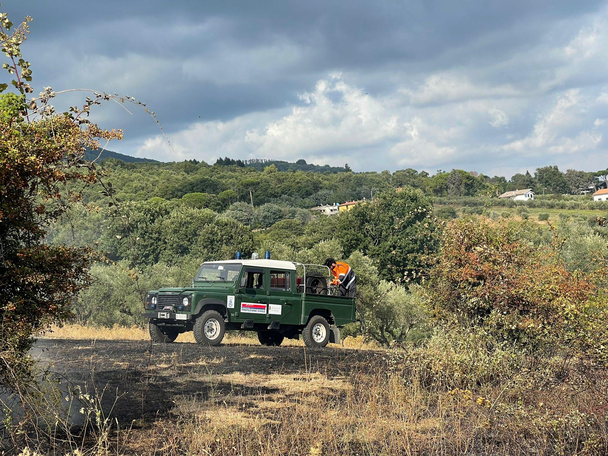 Velletri, grosso incendio su via Appia Nuova, intervento della Protezione Civile di Genzano