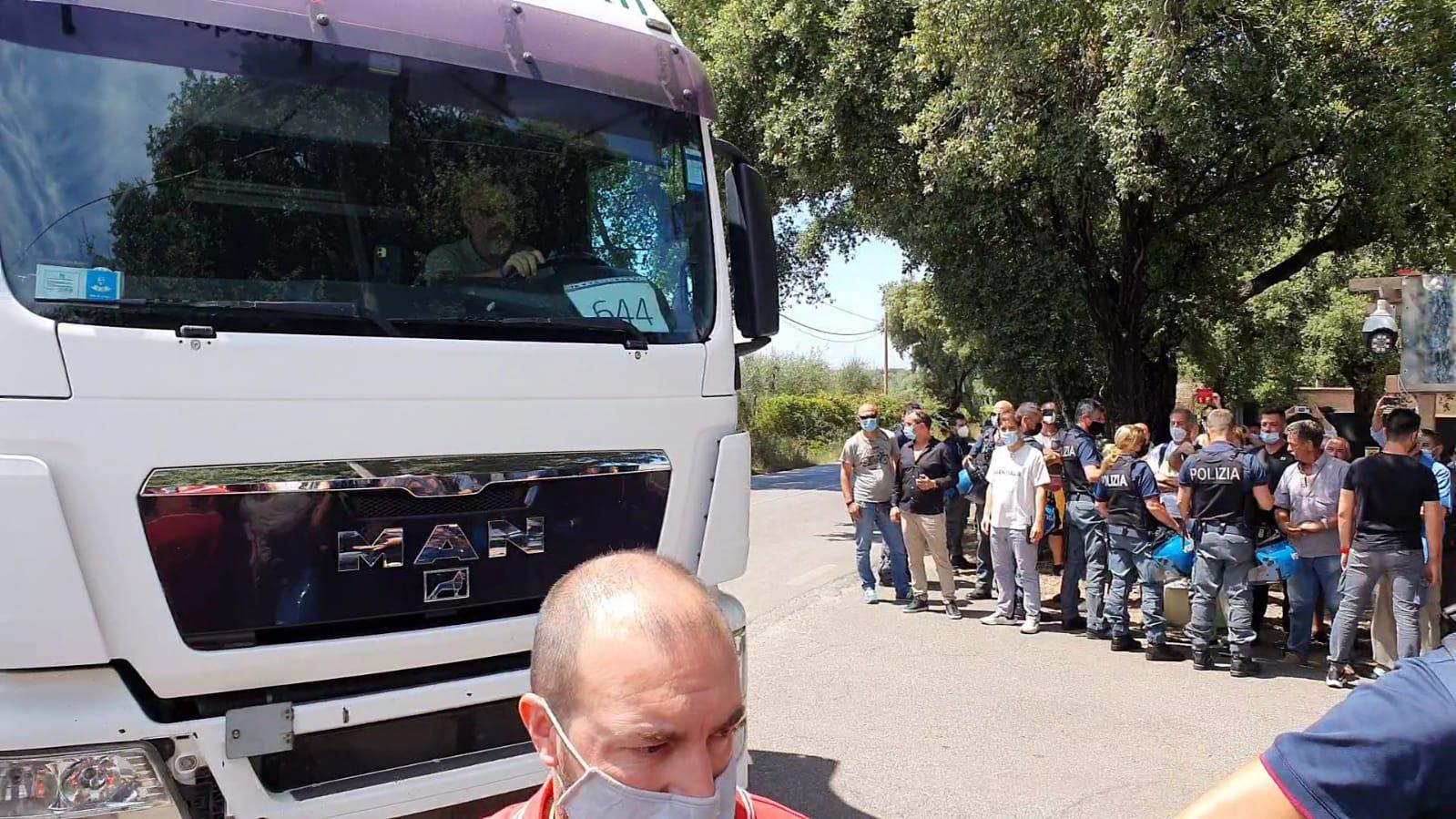 Cecchina, camion con i rifiuti entrano a Roncigliano: Massimiliano Borelli invita i cittadini ad una manifestazione pacifica