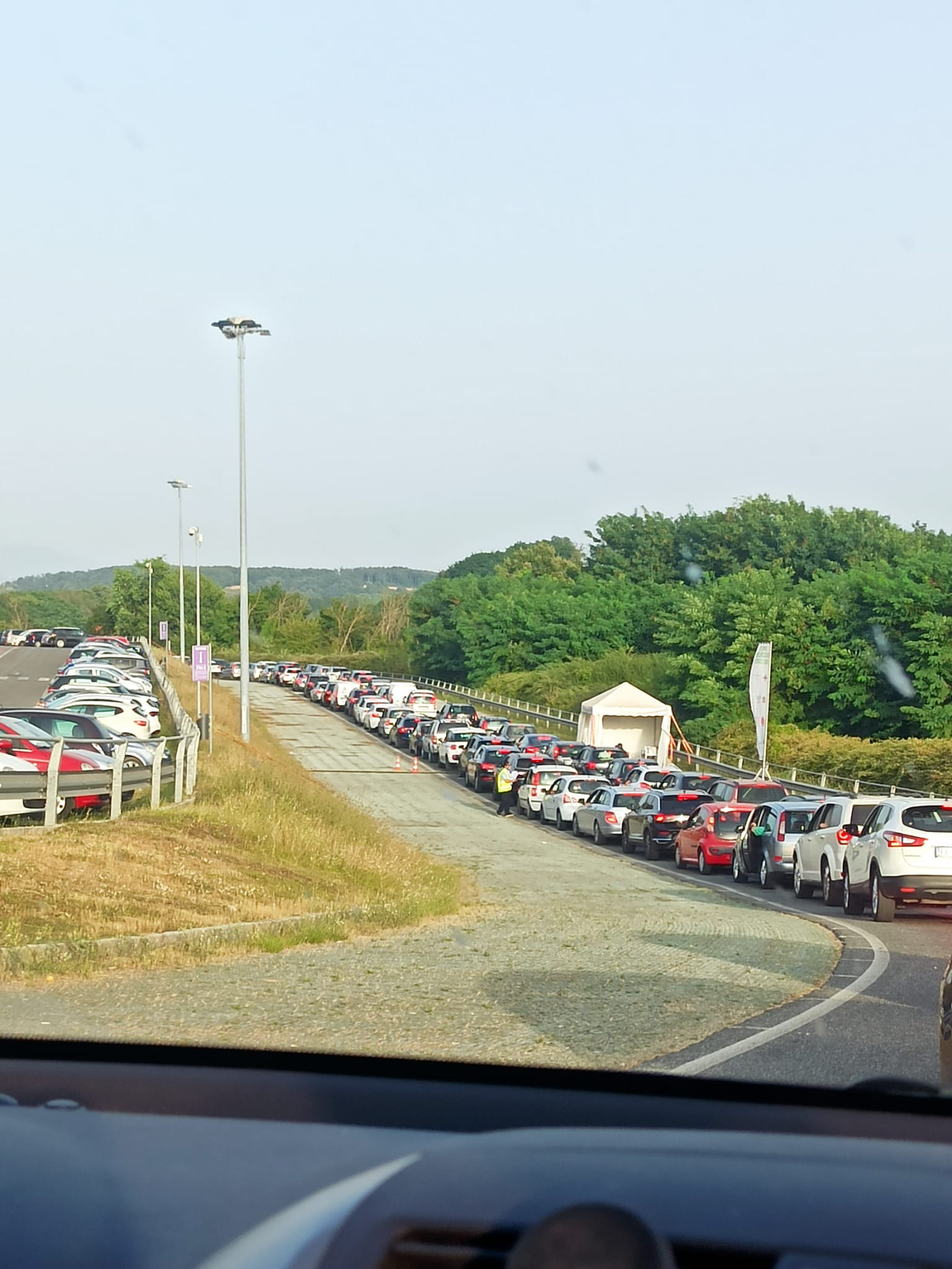Valmontone, lunghe file al drive in vaccinale dell'Outlet