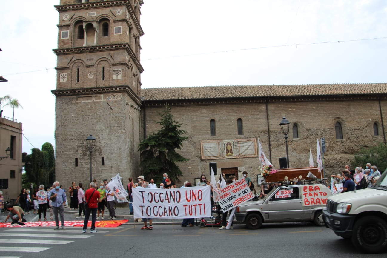 Albano, iniziato il corteo contro la discarica a Piazza San Pietro, circa 350 i manifestanti [FOTO]