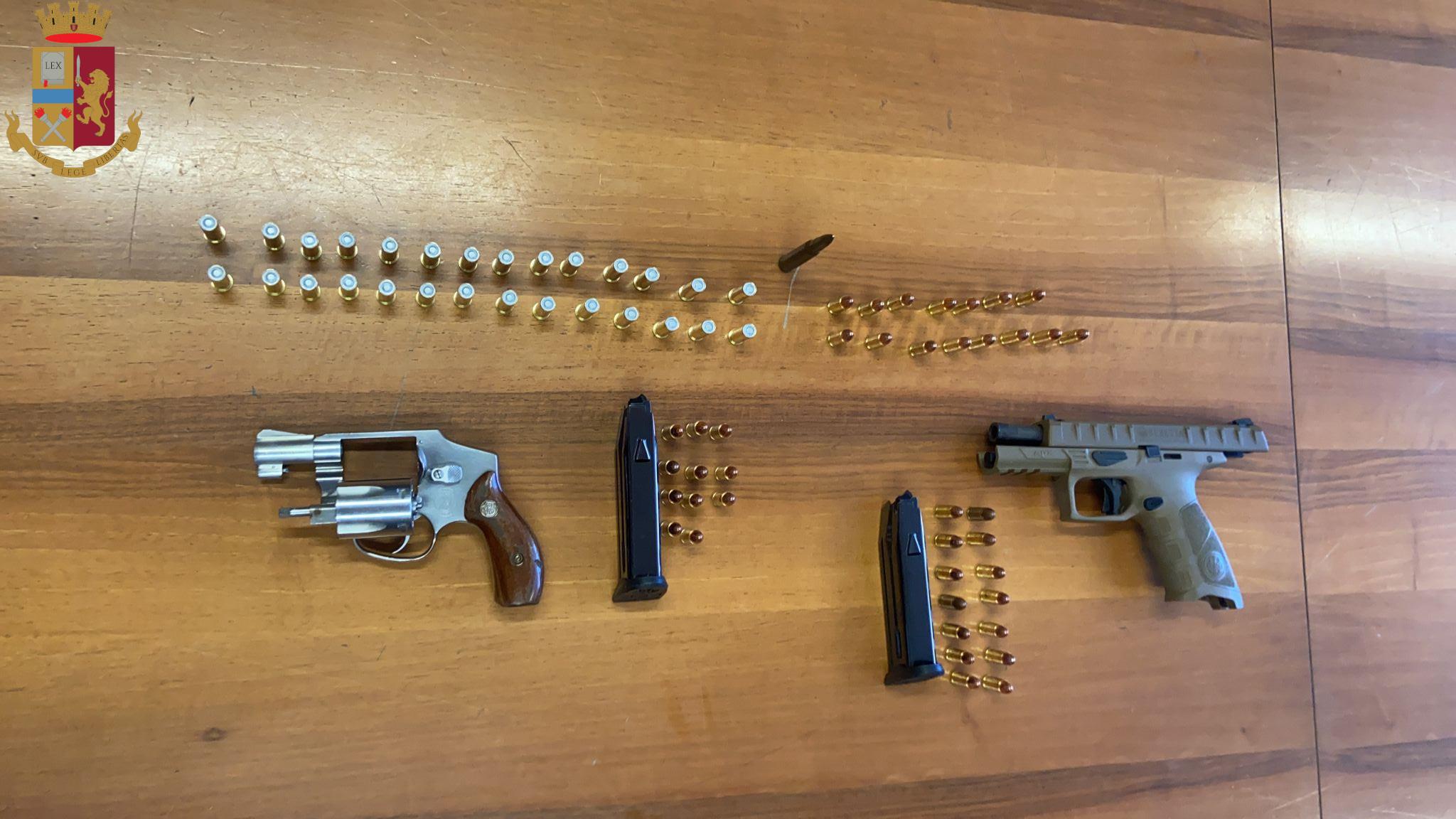 Roma, pistole detenute abusivamente rinvenute sotto ad un materasso, Polizia arresta un uomo