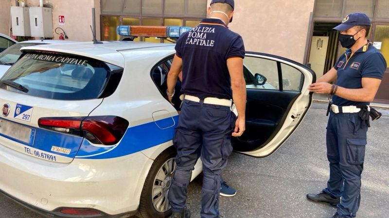 Roma, Centocelle, insegue una donna e le sottrae la borsa dall'auto: bloccato da una pattuglia della Polizia Locale