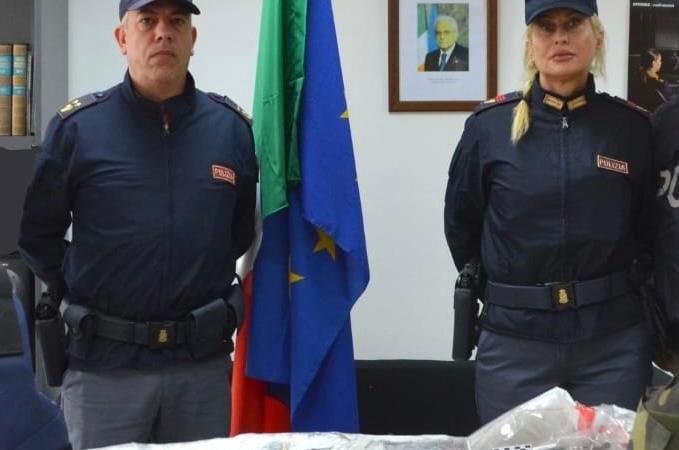 Nettuno. Blitz della polizia in un garage. Arrestato 43enne, sequestrate armi e oltre mezzo  kg di hashish e 107, 3 gr di cocaina.