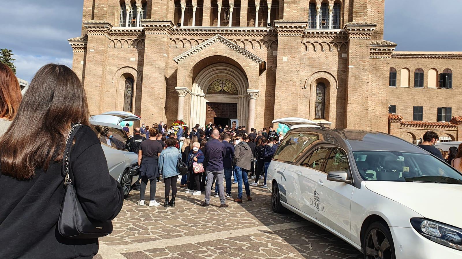 Anzio, celebrati oggi pomeriggio i funerali dei due ragazzi morti in un incidente sulla Pontina