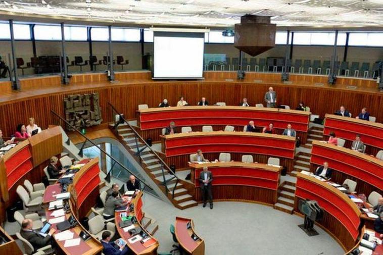 Aumento degli stipendi dei consiglieri regionali, scoppia la bufera in aula