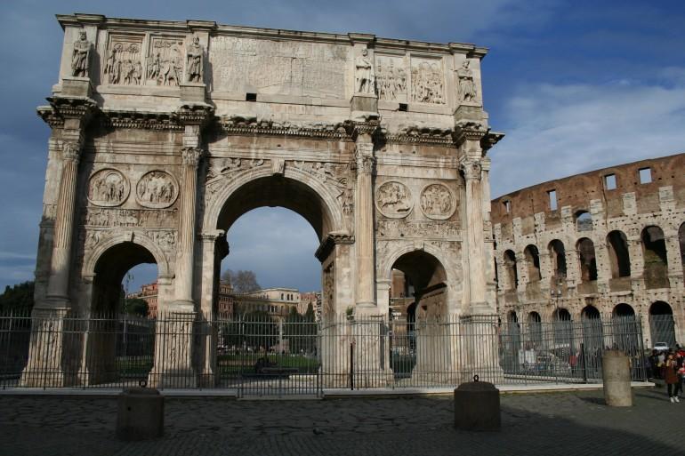 I 40 vigilantes arrampicati sull'Arco di Costantino a Roma