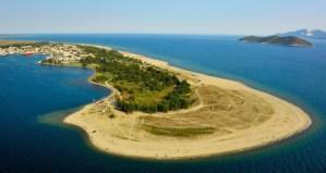 Το άγνωστο ελληνικό χωριό όλο παραλία που μπαίνει ένα χιλιόμετρο στη θάλασσα!
