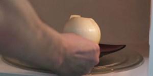 Βάζει στο φούρνο μικροκυμάτων ένα ολόκληρο κρεμμύδι. Όταν δείτε γιατί, θα κάνετε και εσείς το ίδιο.