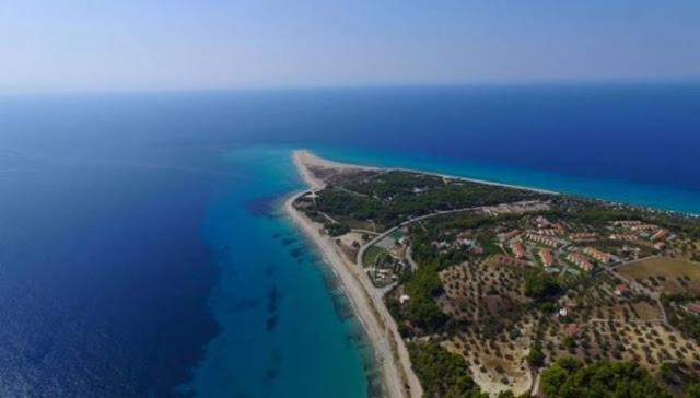 Read more about the article Η μοναδική ελληνική παραλία που αλλάζει σχήμα και.. εξαφανίζεται – Έχετε πάει;