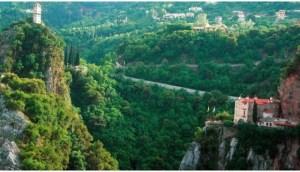 Μονή Προυσού: Ένα μοναστήρι που μοιάζει να κρέμεται από τα βράχια
