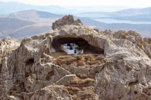 Η μοναδική εκκλησιά στον κόσμο χωρίς σκεπή βρίσκεται φυσικά στην Ελλάδα (βίντεο)