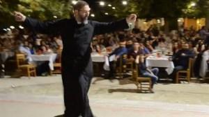 Kρητικός ιερέας χορεύει Ανωγειανό πηδηχτό και αποθεώνεται