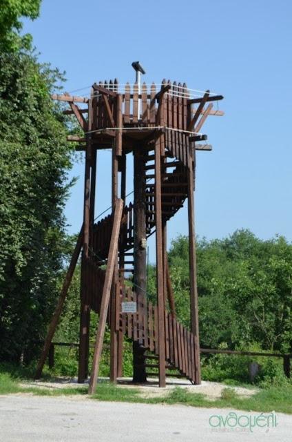 ξύλινος πύργος με τηλεσκόπιο
