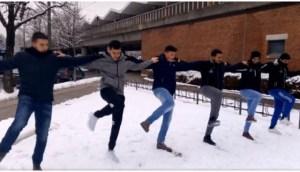 Read more about the article Λεβέντες Κρητικοί χόρεψαν πεντοζάλι στο χιόνι και τρέλαναν τους Γερμανούς