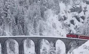 Read more about the article Το κόκκινο τρένο των Χριστουγέννων: Η μαγευτική διαδρομή μέσα από 55 τούνελ και 196 γέφυρες στα χιονισμένα βουνά