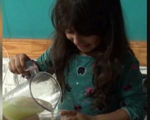 Read more about the article 5χρονο κοριτσάκι φτιάχνει αντισηπτικό τζελ, το προσφέρει δωρεάν και συγκινεί το διαδίκτυο (ΒΙΝΤΕΟ)