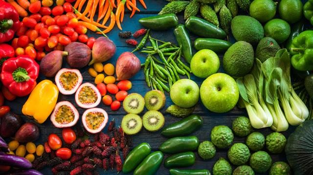Η πολύχρωµη παλέτα των φρούτων και λαχανικών είναι υψηλής θρεπτικής αξίας