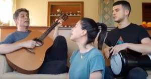 Read more about the article Τα παιδιά του Σωκράτη Μάλαμα τραγουδούν στο σπίτι μαζί με τον πατέρα τους και εντυπωσιάζουν με τις φωνές τους