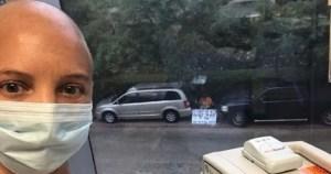«Είμαι εδώ. Σε αγαπώ» -Σύζυγος με πλακάτ περιμένει τη γυναίκα του έξω από το νοσοκομείο όπου κάνει χημειοθεραπεία